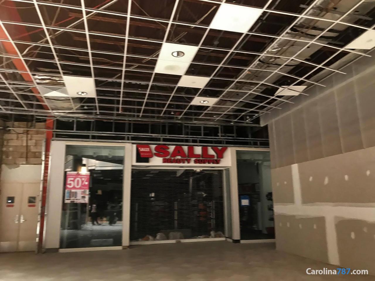 Sally Beauty Supply de Plaza Carolina tras el paso del Huracán María en septiembre del 2017.