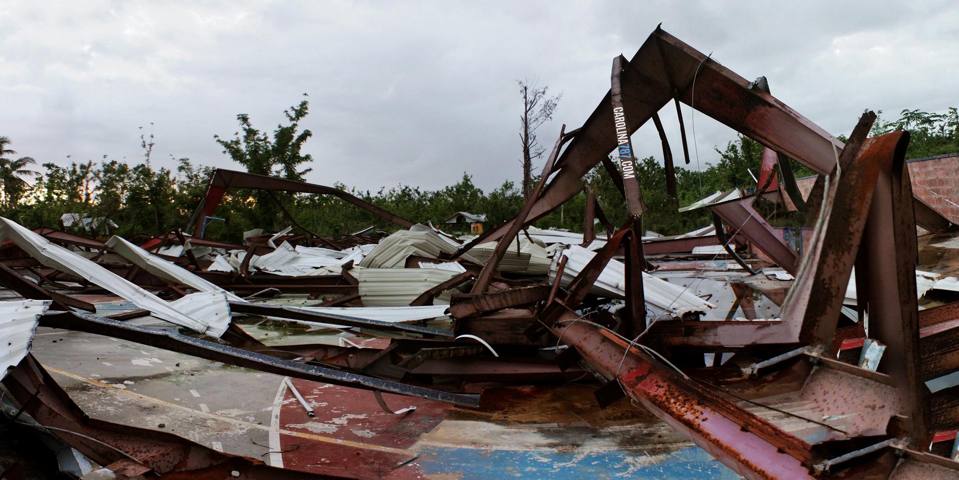 Lo que el Huracán María dejó de la cancha de la Ciudad Deportiva Roberto Clemente en Carolina, Puerto Rico.