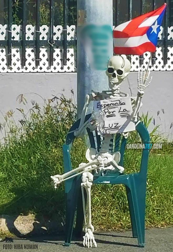 Esqueleto esperando por la electricidad, sentado sobre una silla, cerca de Carolina Shopping Court, Carolina, Puerto Rico.