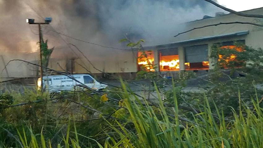 Incendio en almacén de la Carretera 190 en Carolina, Puerto Rico.