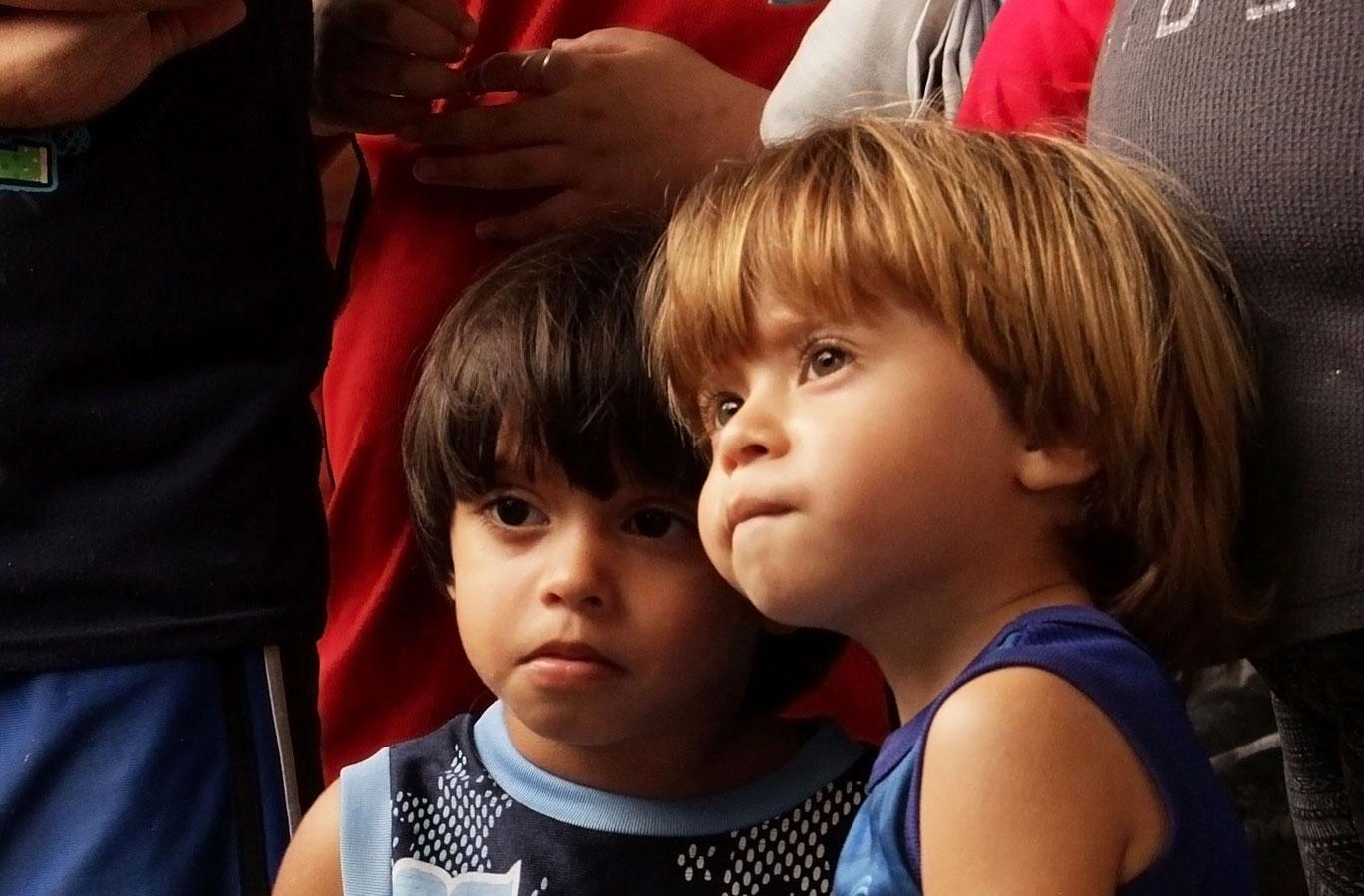 Niños esperan su regalo de Navidad tras el paso del Huracán María por Puerto Rico.