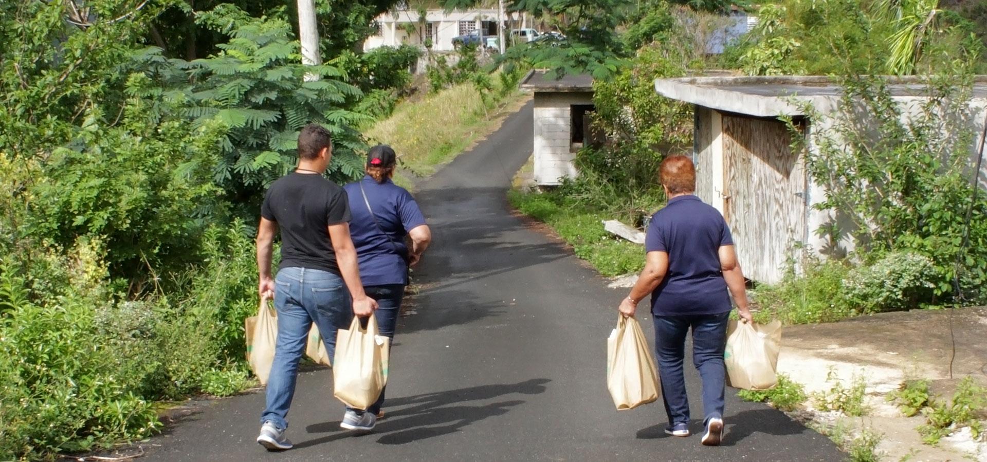 Ayudando a personas en Puerto Rico tras el Huracán María.