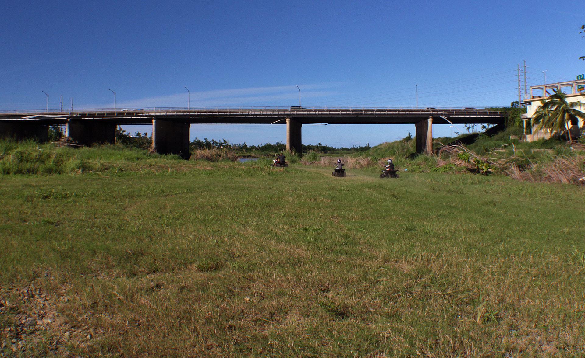 """Vista bajo el Puente Julia De Burgos y personas corriendo """"Four Tracks"""". Foto tomada en Carolina, Puerto Rico."""