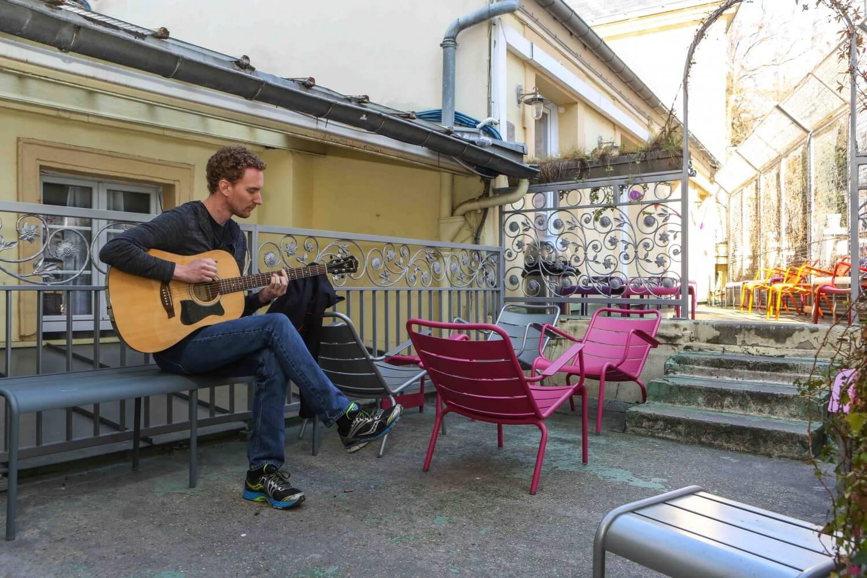 blog-article-places-stay-paris-hostel-villag