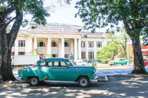 blog-Everything-You-Need-to-Know-to-Visit-Havana-Cuba-classic-car-at-hospital