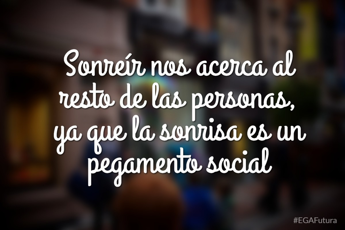 Sonreír nos acerca al resto de las personas, ya que la sonrisa es un pegamento social.
