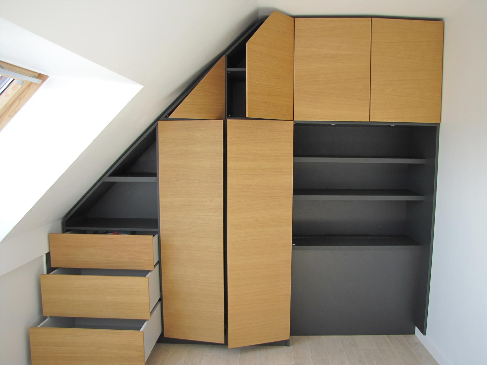 meuble sous pente ou sous escalier sur mesure. Black Bedroom Furniture Sets. Home Design Ideas