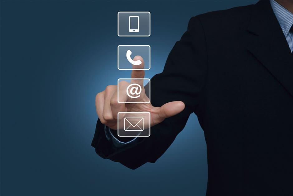 Imagem com uma mão clicando em um telefone.