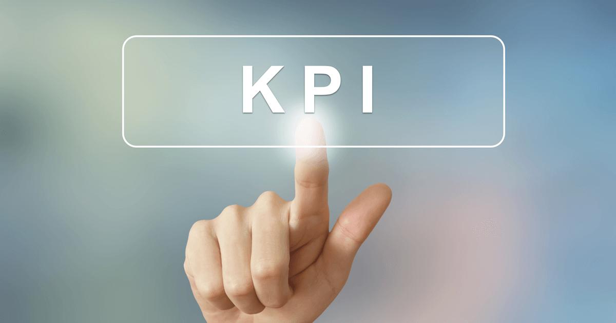 Imagem de uma mão apertando um botão escrito kpi.