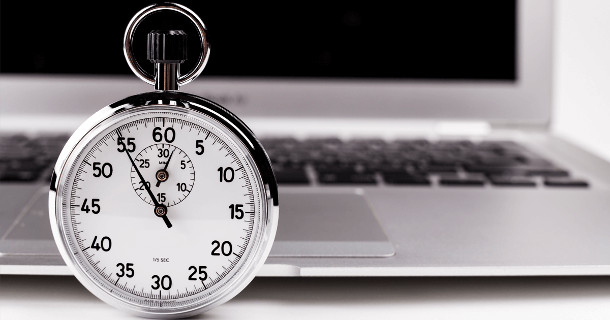 Cronômetro na frente de um notebook