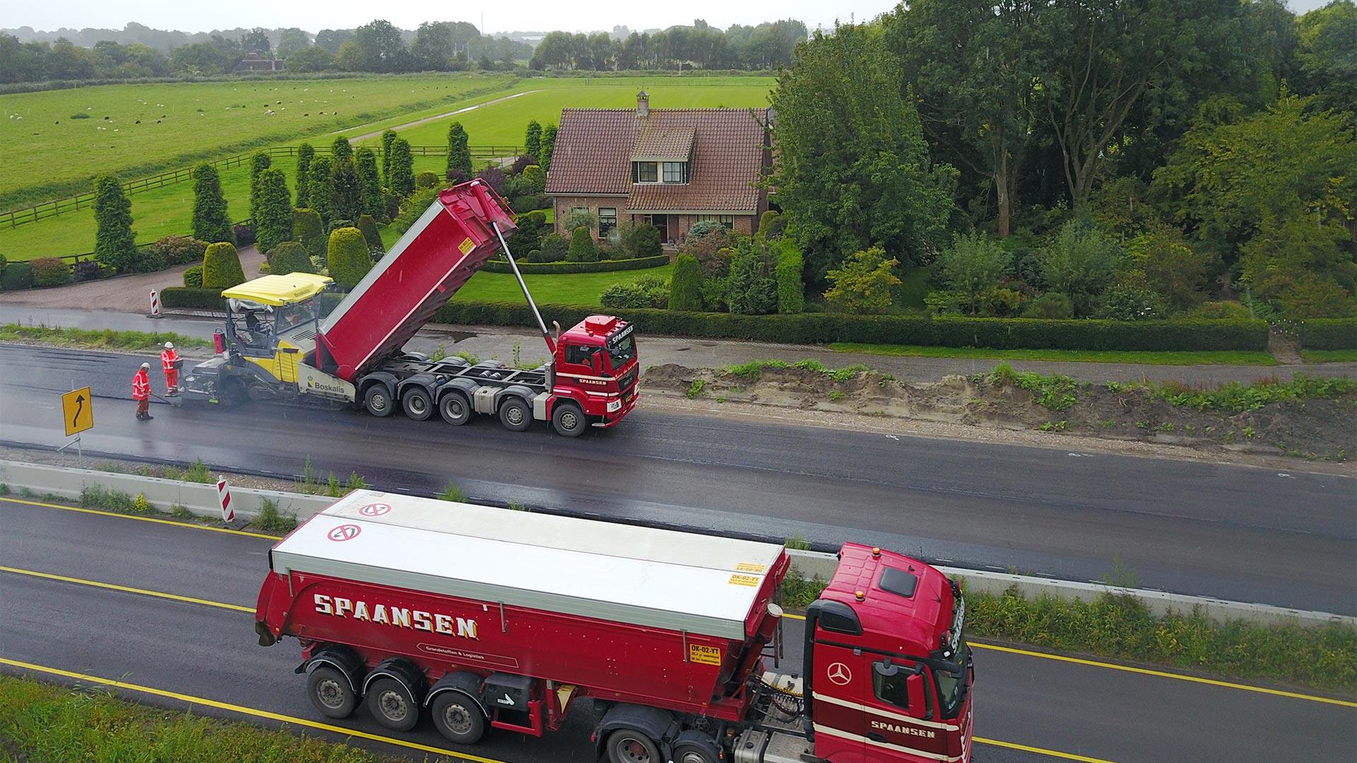 Spaansen rijdt vanaf Amsterdam vers asfalt af en aan.