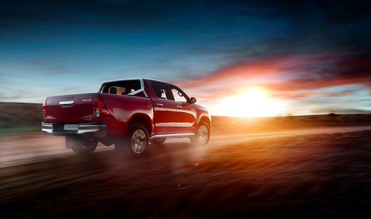giá xe Toyota Hilux mới