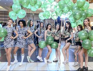 Промо модели поздравляли посетителей ТЦ Капитолий с 23 февраля