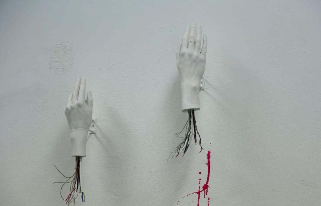 Mãos humanas com fios robóticos