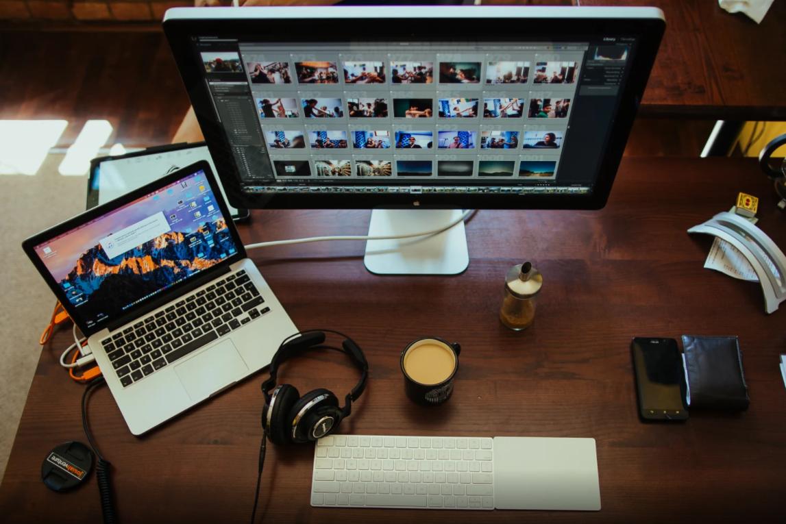 A profissão do futuro é Freelancer - Monitores com imagens de photoshop
