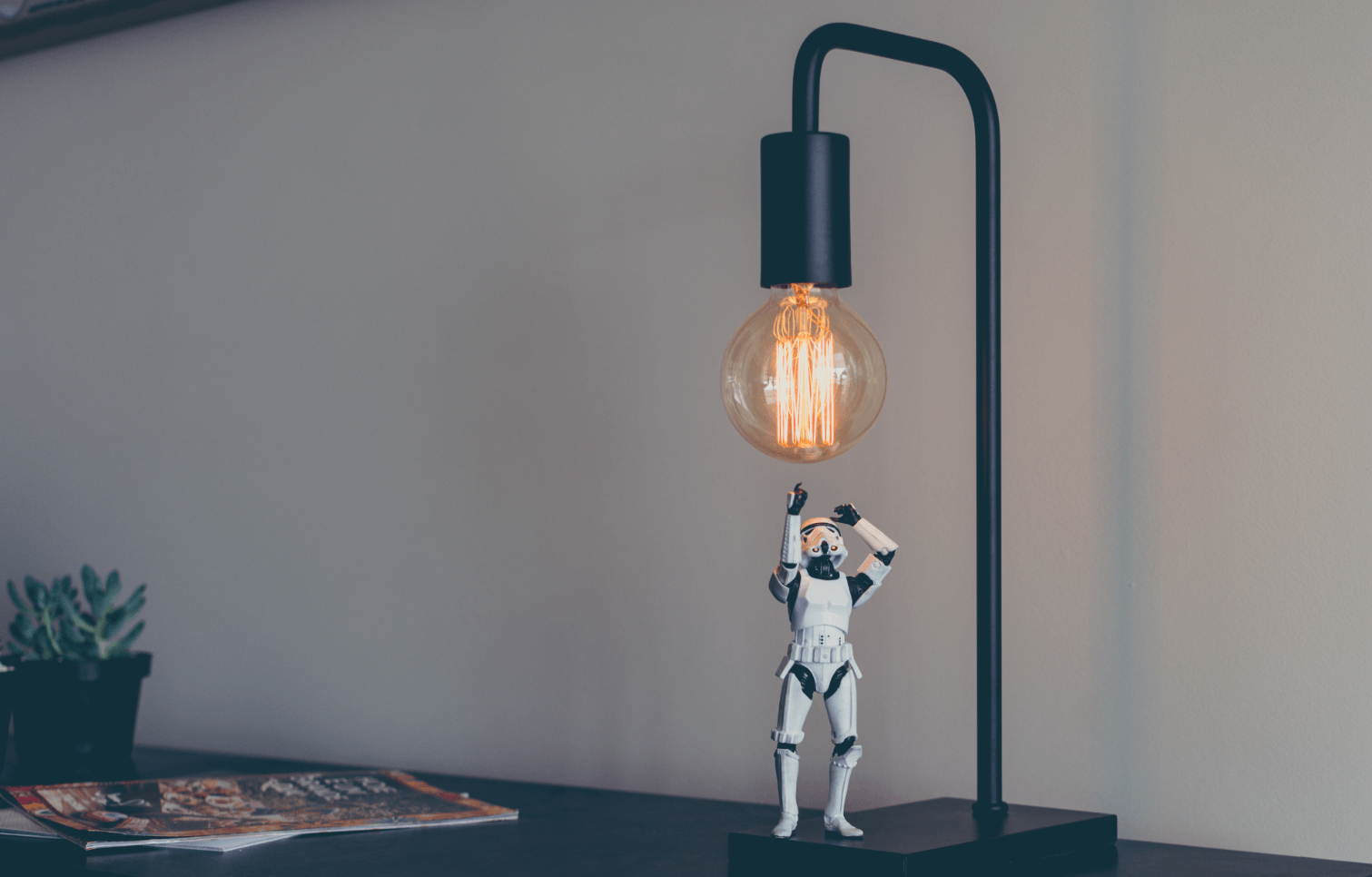 Stormtrooper tentando alcançar a lêmpada criativa