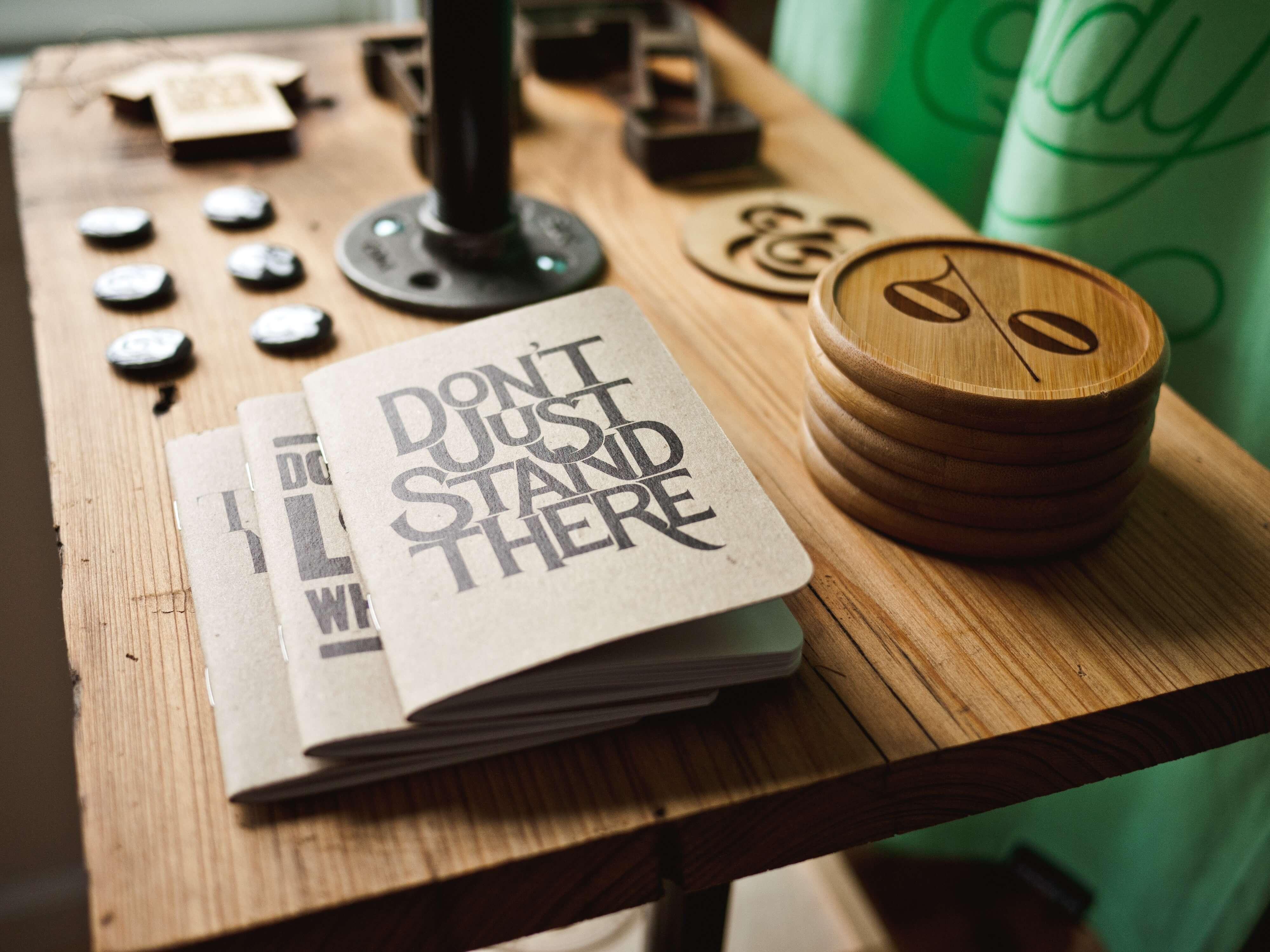 Mesa com vários objetos para resolver problemas