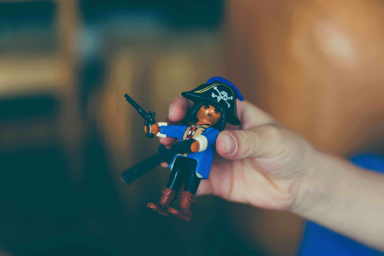 Criança brincando com LEGO pirata