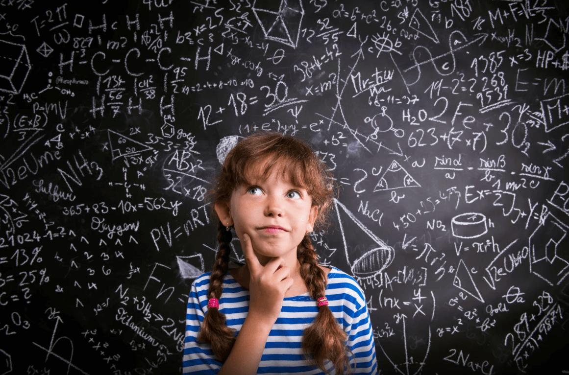 Garota pensatova com problemas matemáticos atrás
