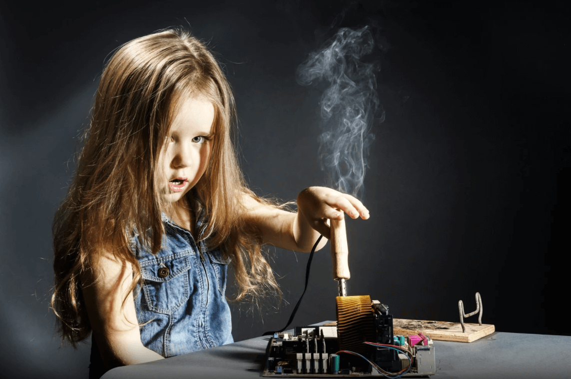 garota fazendo experimento científico que não deu certo