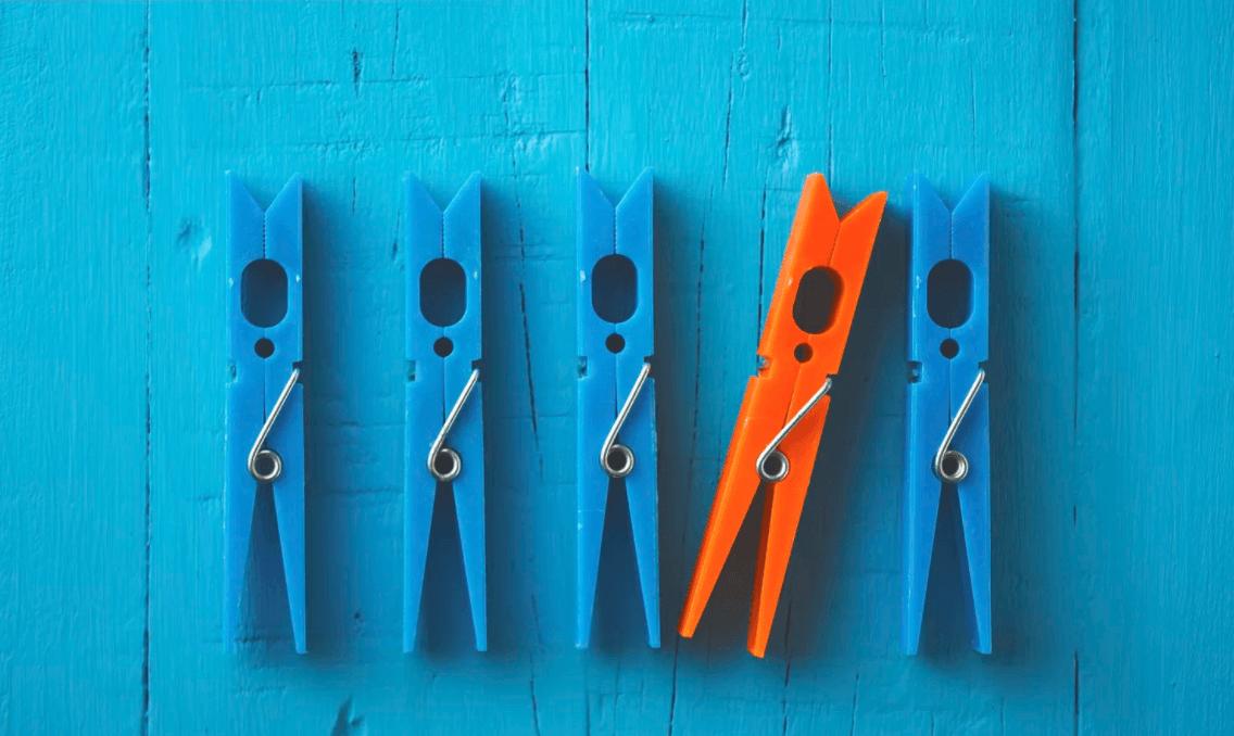 Quatro pregadores azuis com um laranja no meio