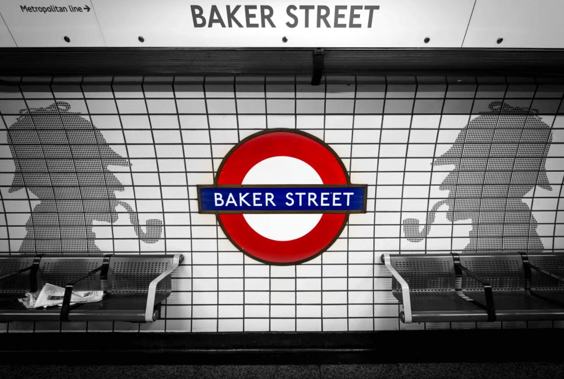 Perfil do detetive Sherlock Holmes decorando a estção de Baker Street