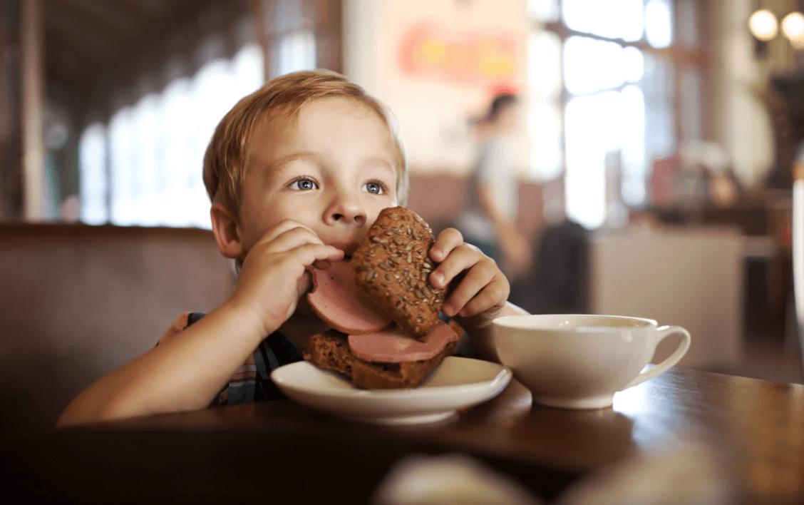 Criança comendo lanche