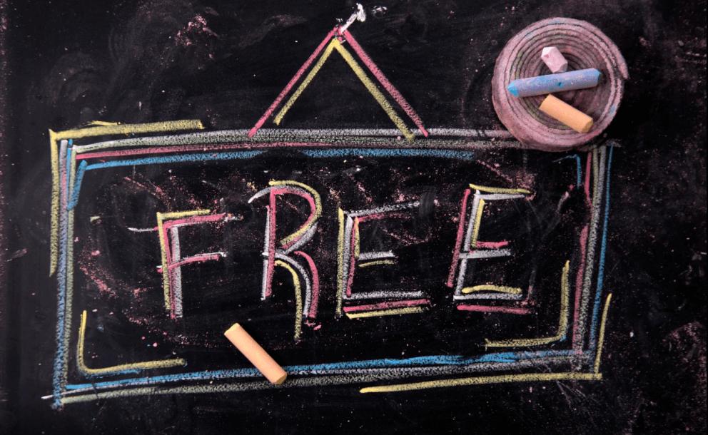 Palavra 'Free' escrita em lousa negra.