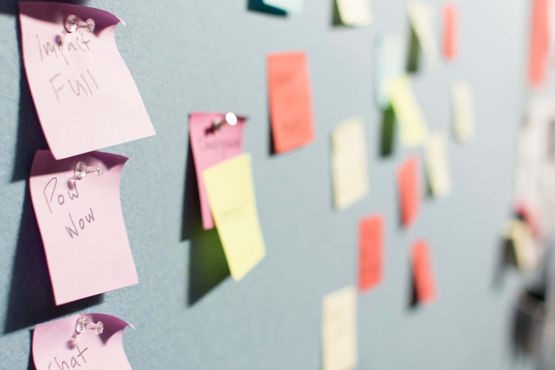 Post-it coloridos colados em parede