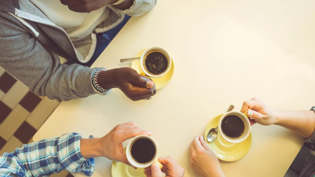 Pessoas reunidas tomando café