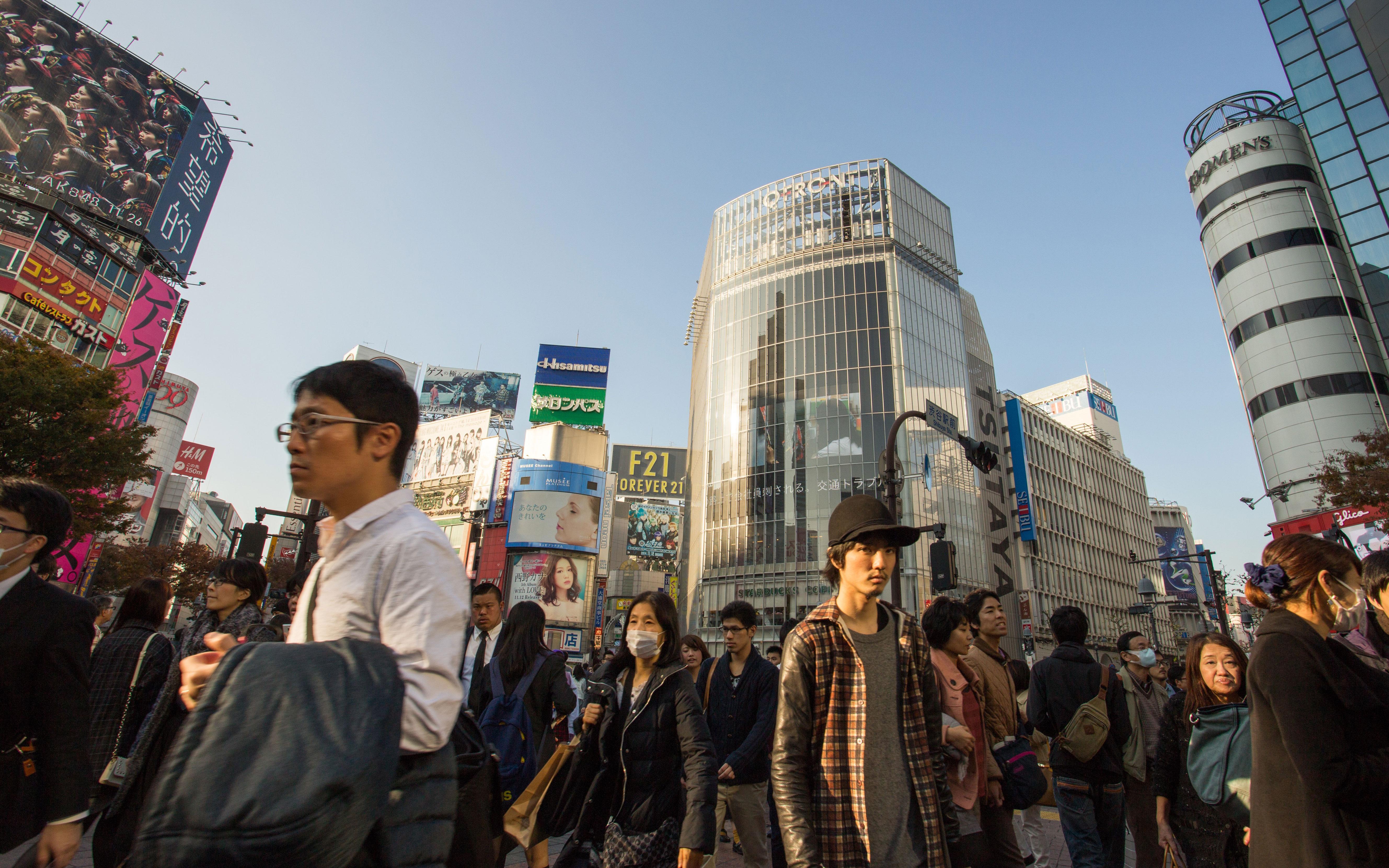 Multidão em rua do Japão