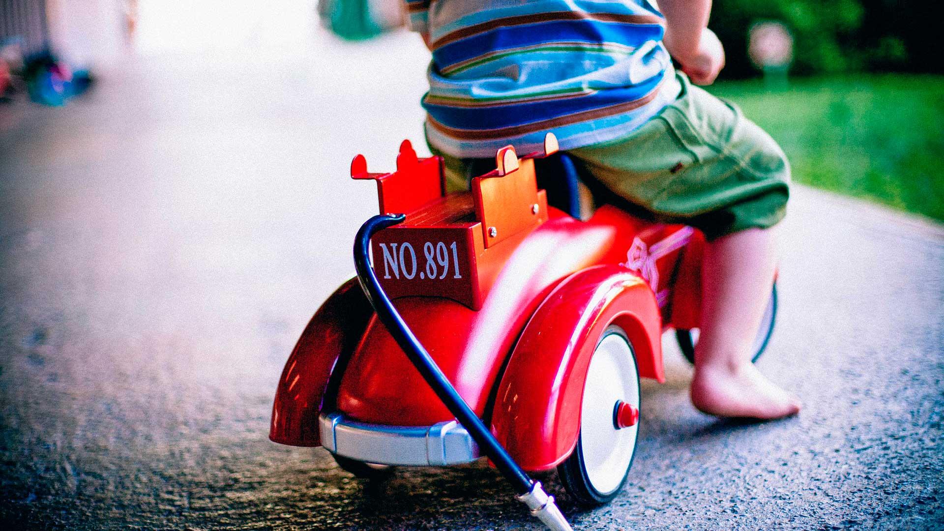 Criança andando de carrinho
