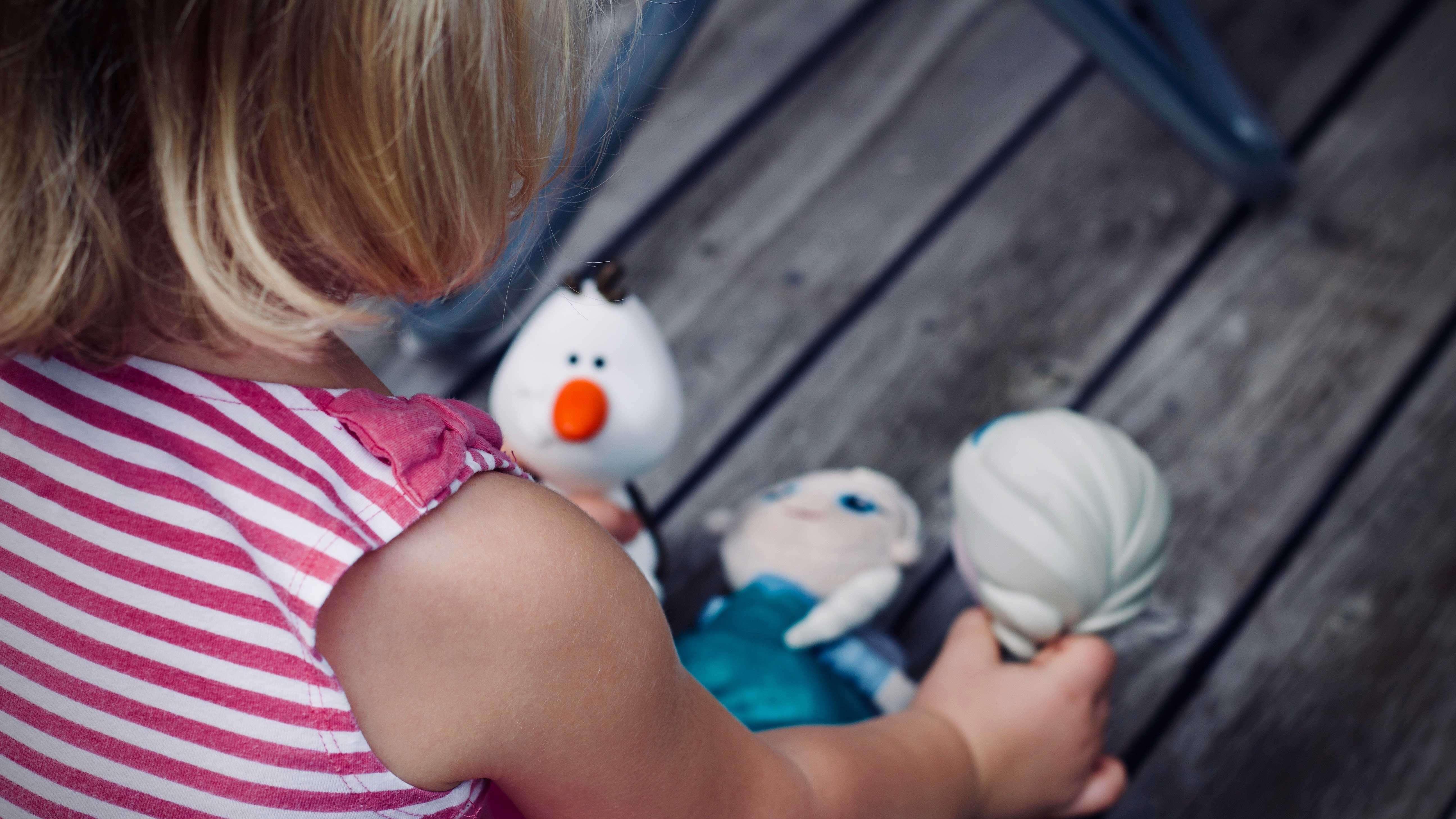 Garotinha brincando com bonecas