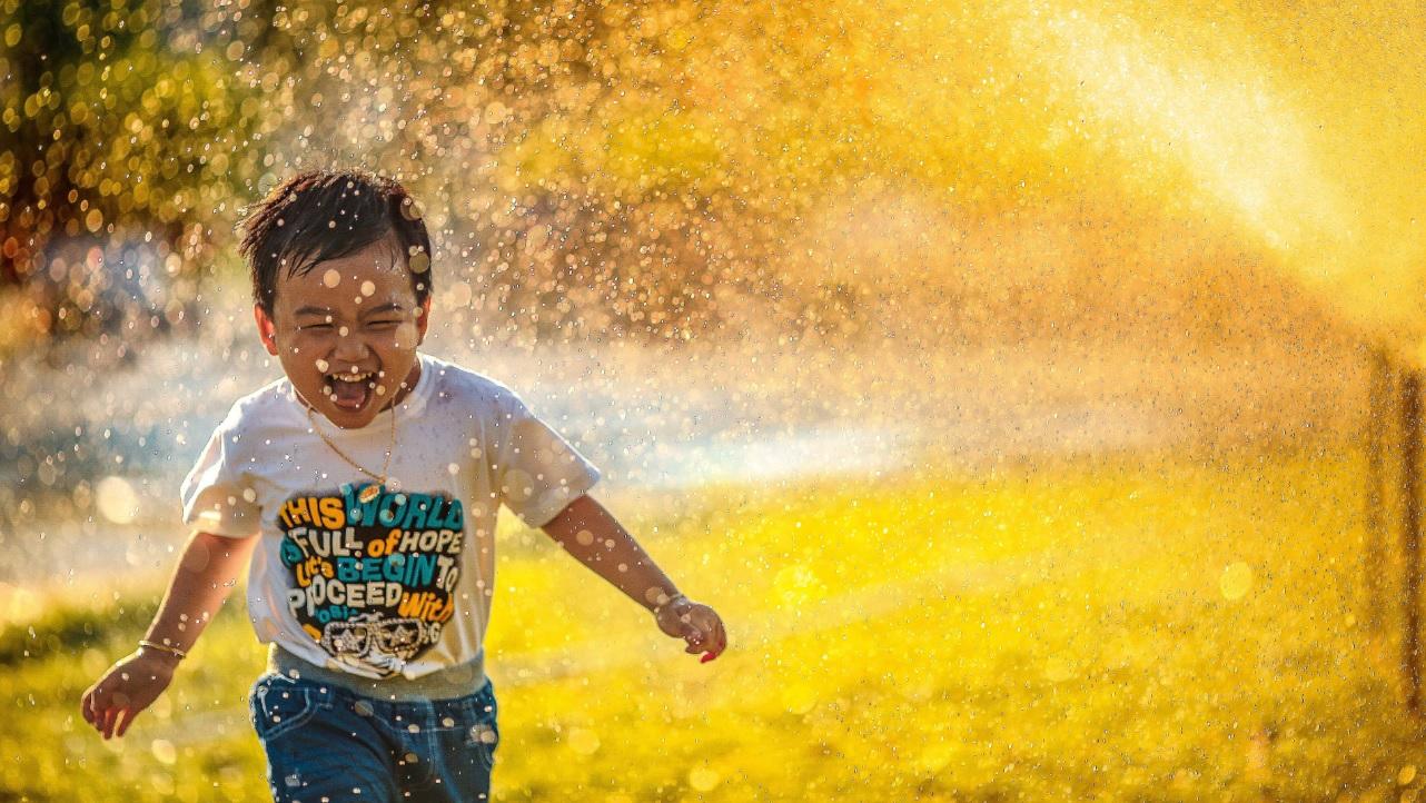 Menino brincando com água