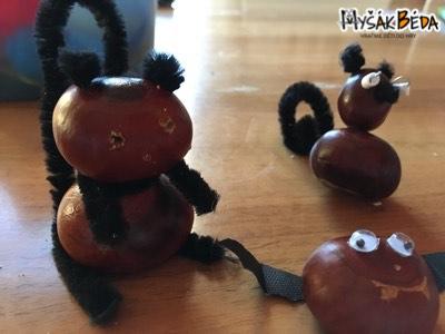 Medvěd a lemur z kaštanů, chlupatých drátků a zažehlovacích korálků