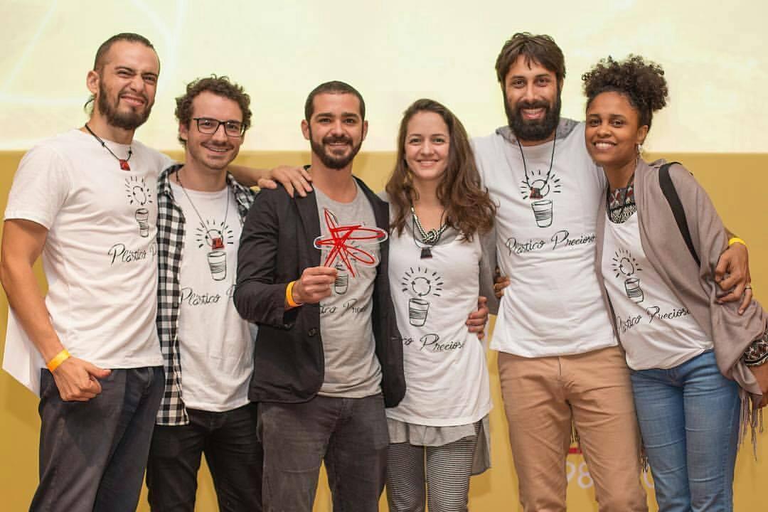 Bernardo Amaral, Bruno temer e equipe plástico precioso com o troféu Shell Iniciativa jovem 2017