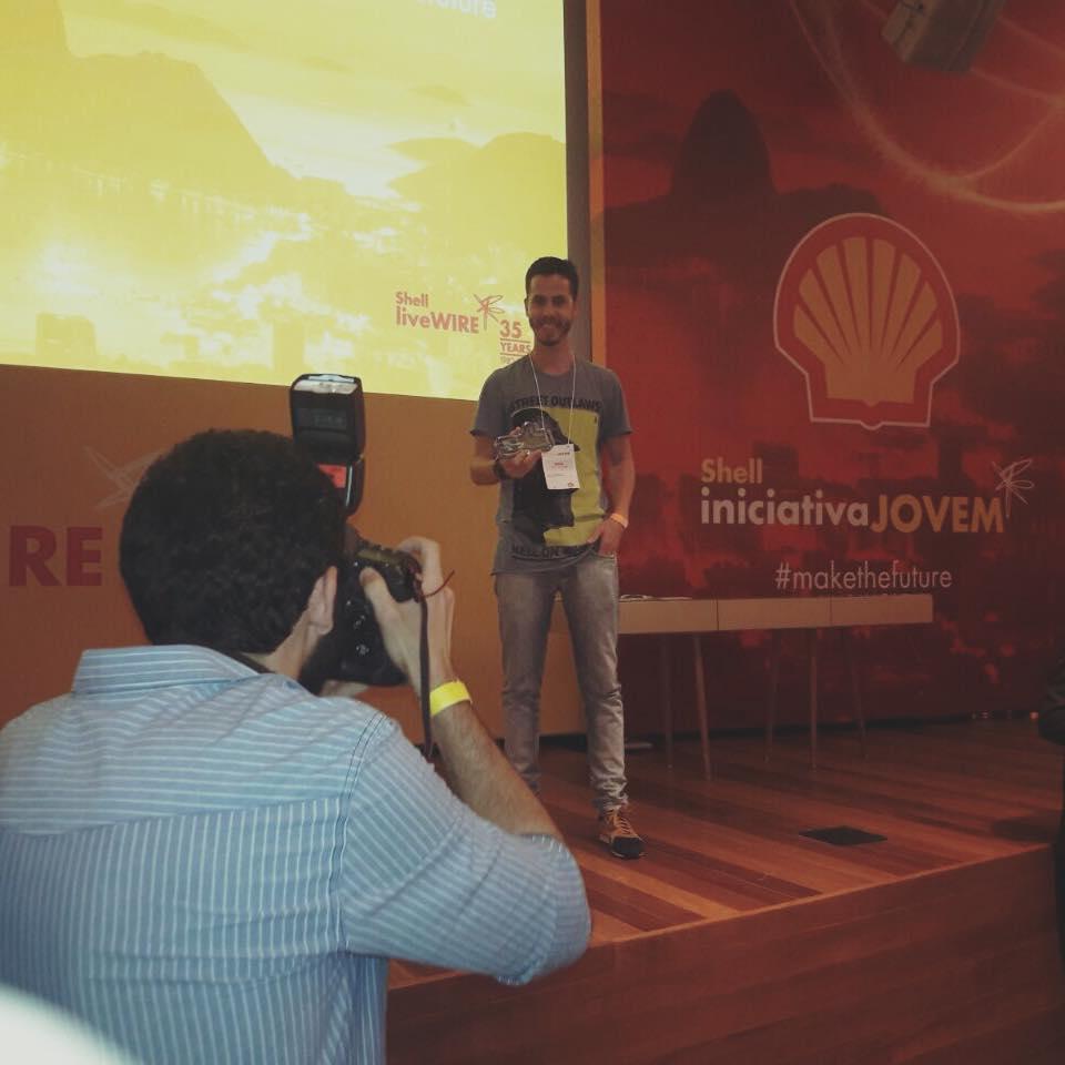 Designer Davi Rezende posando com o prêmio shell iniciativa jovem 2017