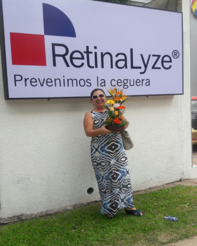 Maria Teresa Perez, our first patient, brought a beautiful bouquet for RetinaLyze for being a great health entrepreneur in Bolivia.