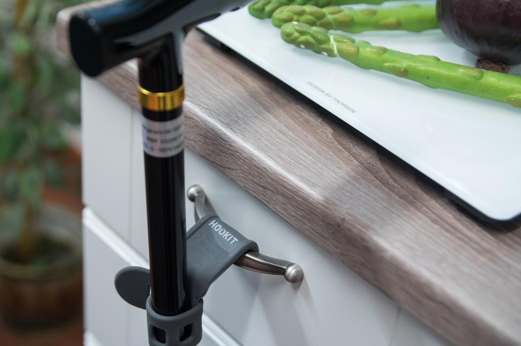 Hookit ripustaa kävelykepin keittiön laatikon kahvaan