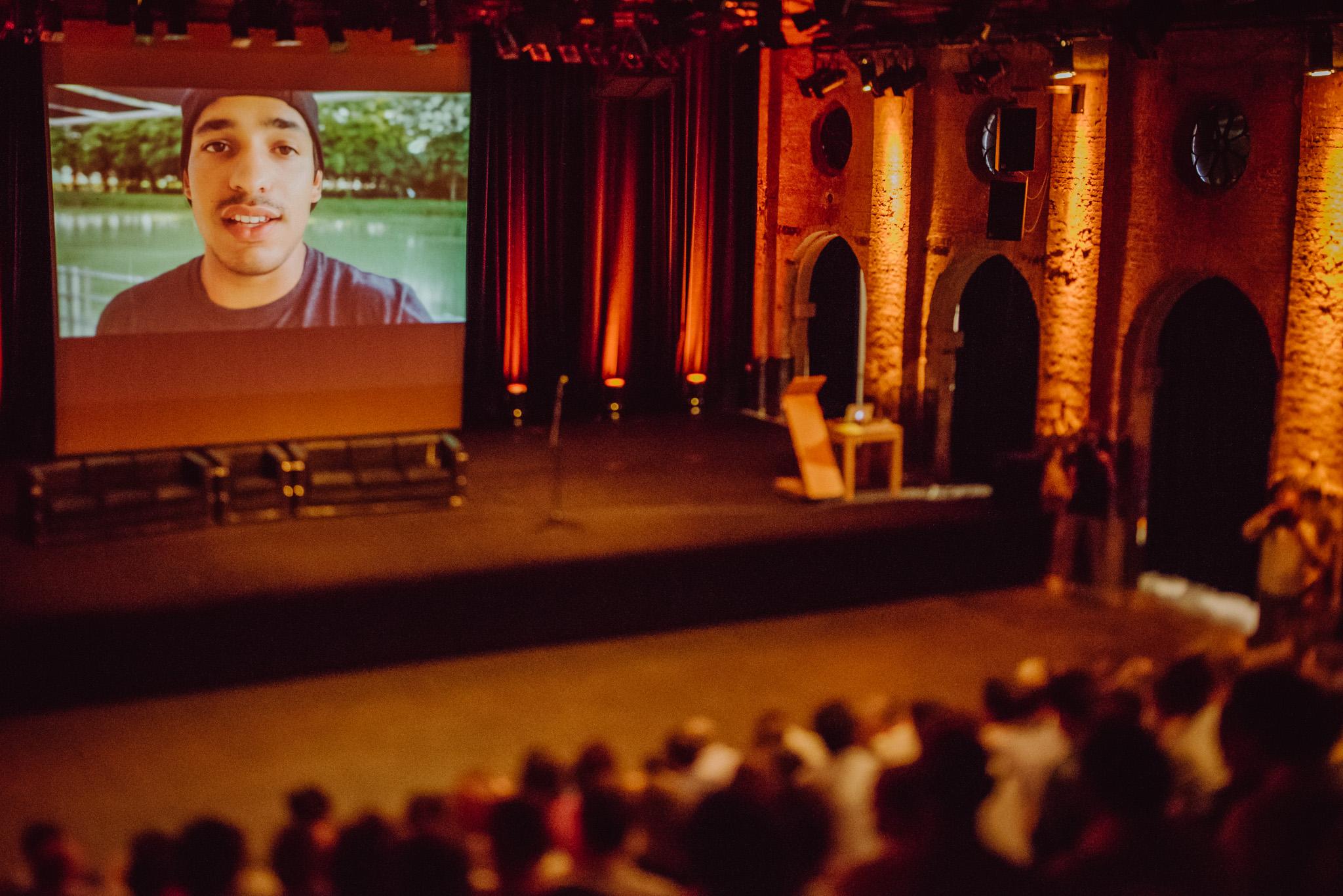 Angelo Medagoda van Friends and Fools maakte een video op het Graduation event